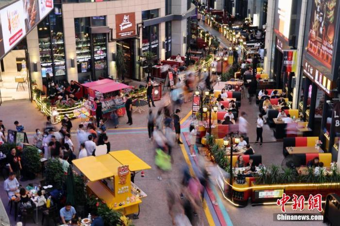 2020年8月8日傍晚,市民在北京华熙LIVE逛街购物。<a target='_blank' href='http://www.chinanews.com/'>中新社</a>记者 盛佳鹏 摄