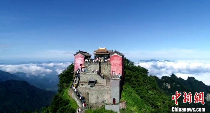 资料图:航拍游客游览武当山金顶。 彭涛 摄