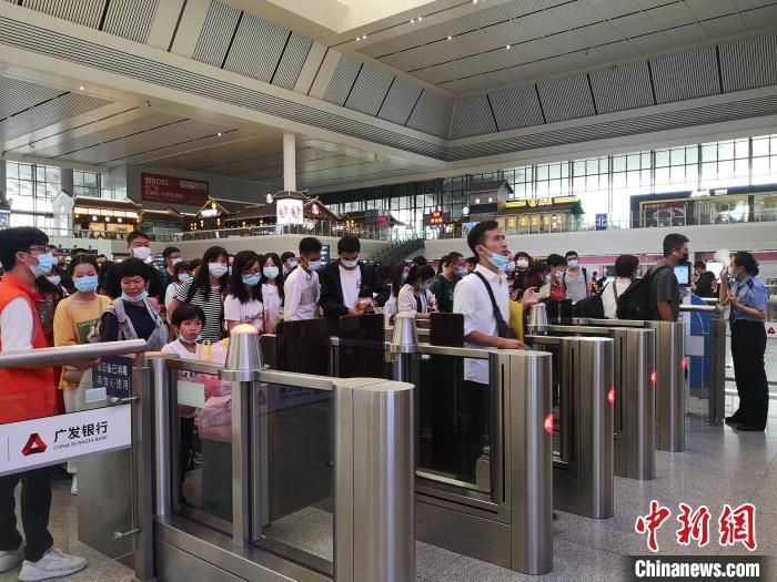 南宁东站旅客进站上车。 于莉 摄
