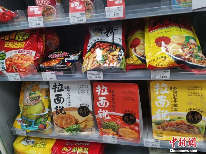 北京一家便利店内,陈列着拉面说等速食产品。 谢艺观 摄