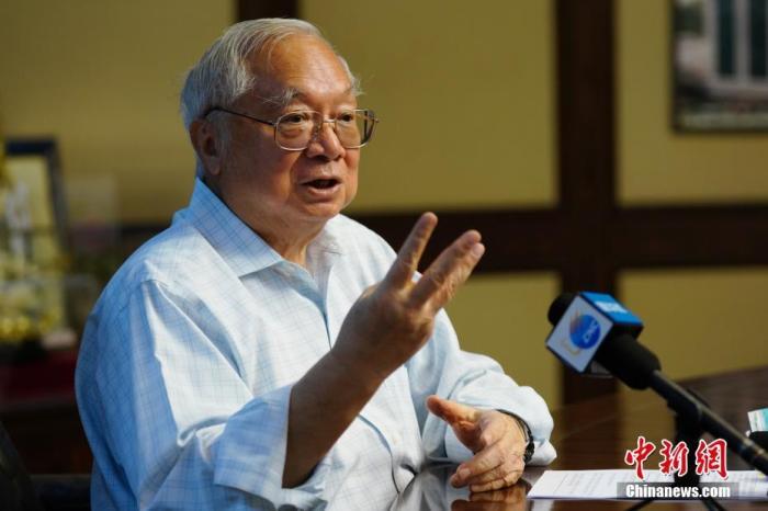 """""""根据明治维新的经验,我当年估计(深圳发展)需要100年,现在40年做到这个水平,我特别开心。""""合和实业有限公司主席胡应湘10月15日接受记者采访时,流露出对深圳这些年惊人成就的欣喜。今年85岁的胡应湘是改革开放之后首批进入内地投资的香港企业家,他刚刚获评为""""深圳经济特区建立40周年创新创业人物和先进模范人物""""。 记者 张炜 摄"""