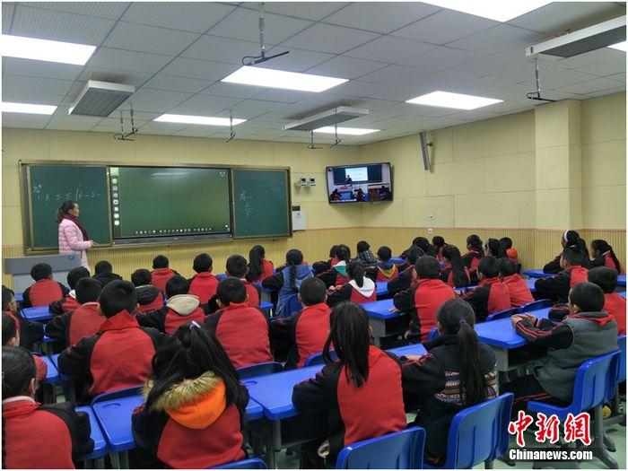 在甘孜州乡城县城关小学,长虹教育助力省经信厅完成教育信息化及智慧校园区域管理平台的建设