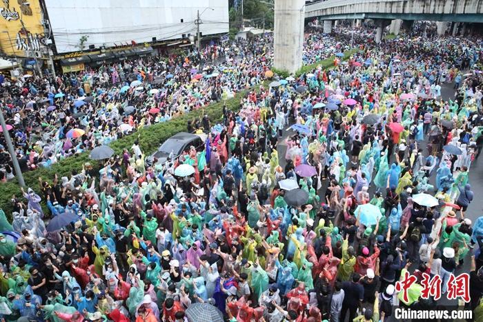 当地时间10月17日,民众在曼谷拉抛交叉路口抗议集会。当天,泰国示威者不顾政府宣布实施紧急状态法,在曼谷多处地点举行抗议集会活动。 中新社发 赵婧楠 摄