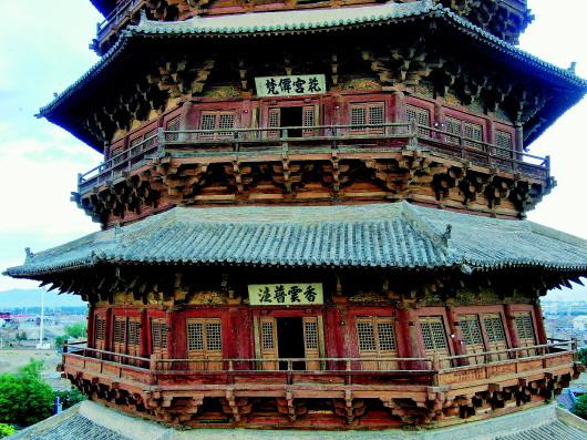 从外观看,应县木塔二层西面屋檐明显下沉,柱子向内倾斜。  本报记者徐伟摄