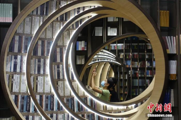 """图书市场逐渐回暖 """"报复性""""逛书店来了吗?"""