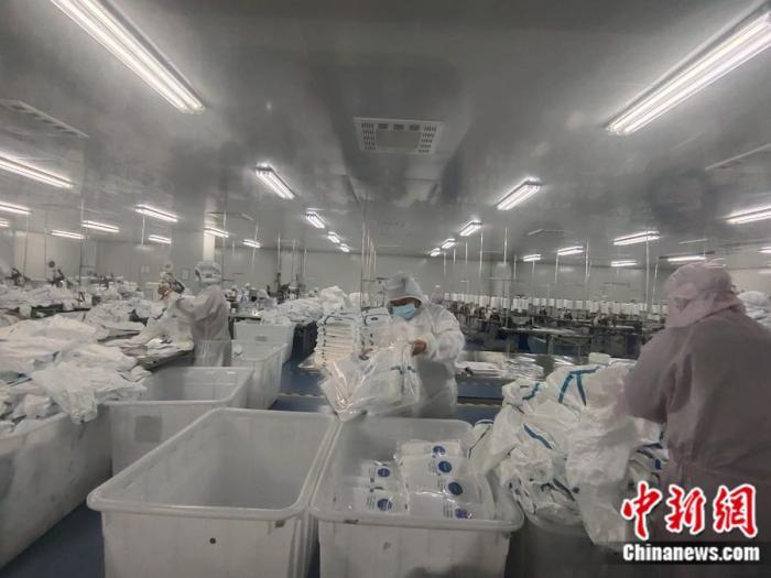 安徽富美医疗生产车间。中新网记者 张旭 摄