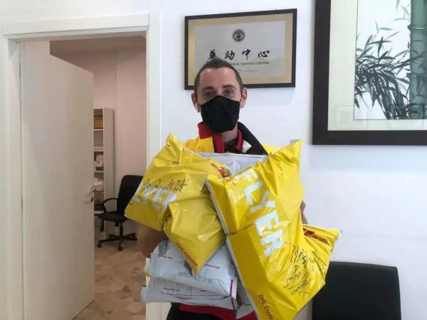 快递小哥来到华助中心取走要寄给华侨华人的药。(受访者供图)