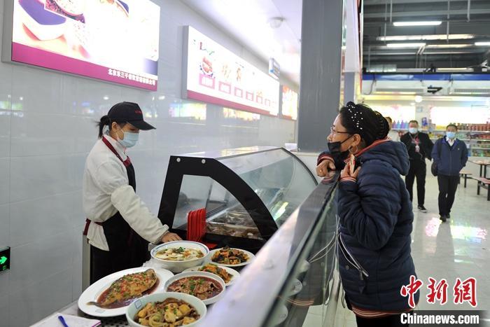 10月25日,由中国中铁建工集团有限公司投资建设的雄安新区建设者之家一号营地正式开园。该项目占地面积12万平方米,建筑面积9.7万平方米,可容纳7000余名建设者入住。图为雄安新区建设者之家一号营地食堂。 中新社记者 韩冰 摄