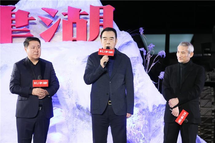 从左至右:博纳影业集团董事长于冬、导演陈凯歌和徐克