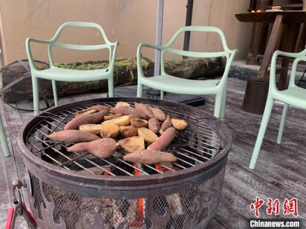 图为东沟村民宿外的烤红薯、土豆 武一力 摄