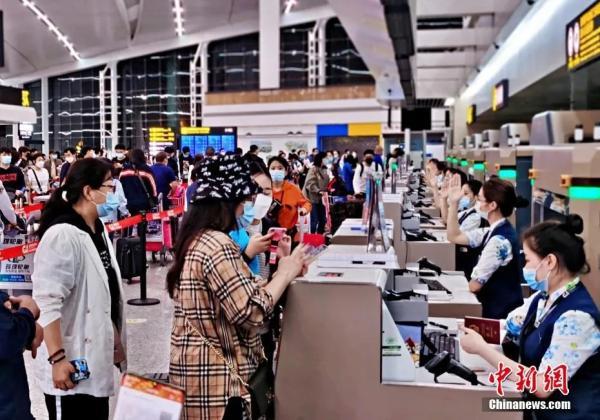 第二批中国留学生赴英复学包机出发(重庆机场集团供图)