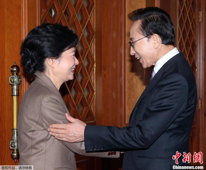 图五 当地时间2012年12月28日下午,韩国前总统李明博和当时新当选的第18届韩国总统朴槿惠在首尔青瓦台举行会晤,就政权交接等问题交换意见。