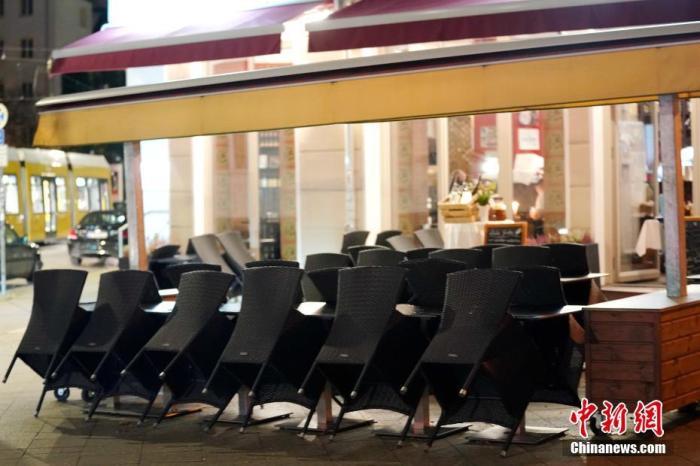 图为当晚19时许,柏林一∴家餐厅已停止堂食服务,仅提供外卖。 中新社记者 彭大伟 摄