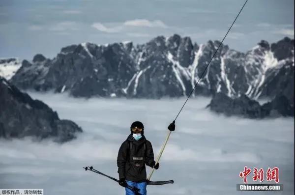10月19日,法国阿尔卑斯山脉,人们佩戴口罩享受滑雪的乐趣。