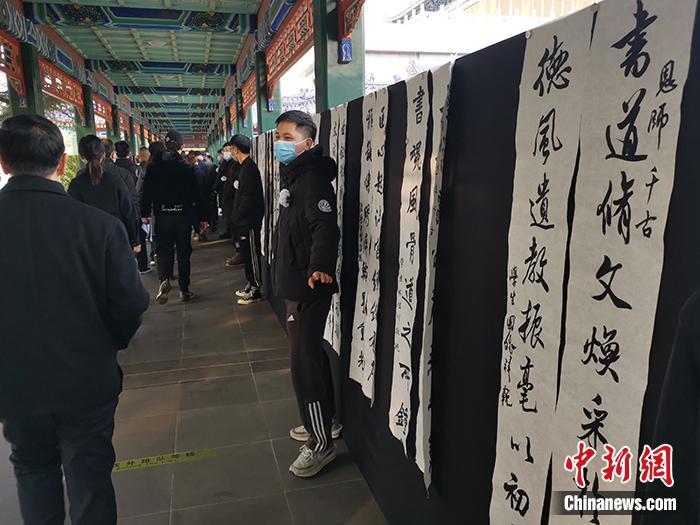 通往八宝山殡仪馆大礼堂的走廊上,挂满了欧阳中石学生书写的挽联。<a target='_blank' href='http://www.chinanews.com/' >中新网</a>记者 宋宇晟 摄