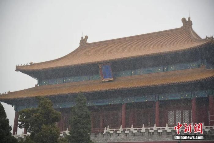 11月21日早晨,北京城区迎来2020年冬天第一场雪,初雪与故宫古建筑相遇,别有一番韵味。图片来源:视觉中国