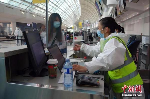 当地时间11月7日,中国东方航空公司工作人员在多伦多皮尔逊国际机场为准备直飞上海的乘客办理值机手续。<a target='_blank' href='http://www.chinanews.com/'>中新社</a>记者余瑞冬 摄