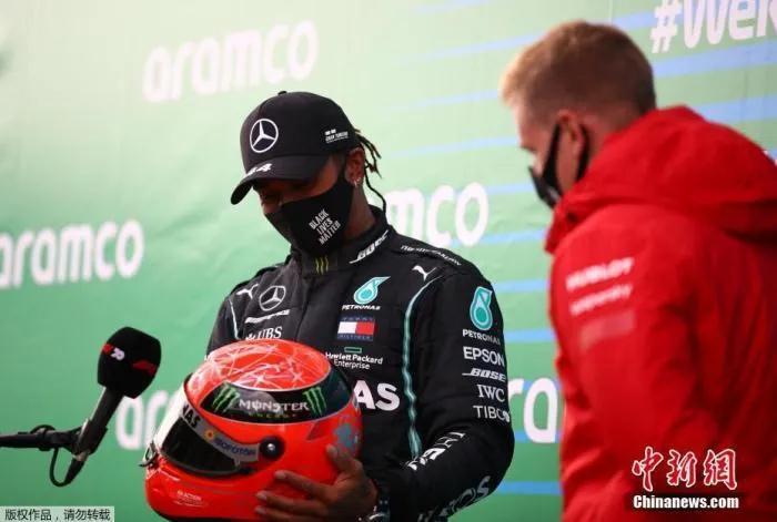 当地时间10月11日,F1德国站正赛落下帷幕,汉密尔顿拿下F1生涯第91个分站赛冠军,追平舒马赫保持的纪录,并列历史第一。赛后舒马赫的儿子米克・舒马赫到场祝贺并将自己父亲的头盔赠送给汉密尔顿。