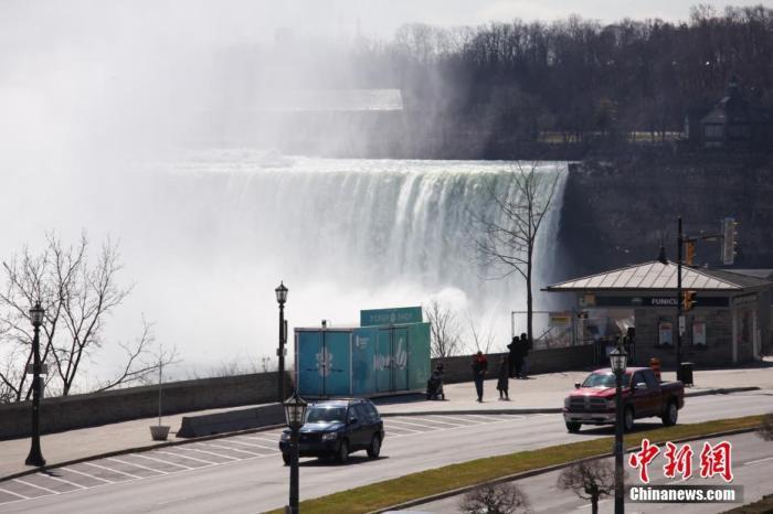当地时间3月21日,加拿大、美国交界处的著名景点尼亚加拉大瀑布群加拿大一侧,观景点游客寥寥。