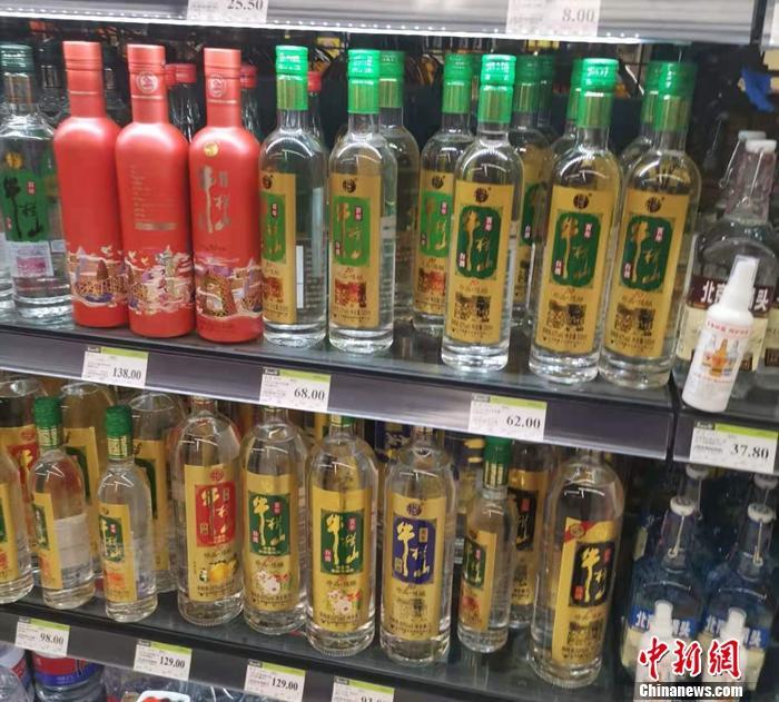 图为超市里售卖的牛栏山。 中新网记者谢艺观 摄