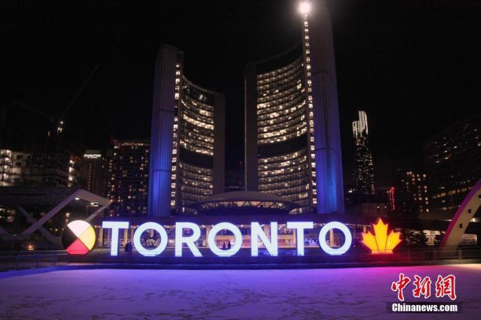 """当地时间11月23日,加拿大多伦多市政厅广场亮起地标彩灯,但广场上游人寥寥。当天,多伦多和与之相邻的皮尔地区被划入防疫级别最高的""""灰色地区"""",重新实施至少为期28天的封禁。"""