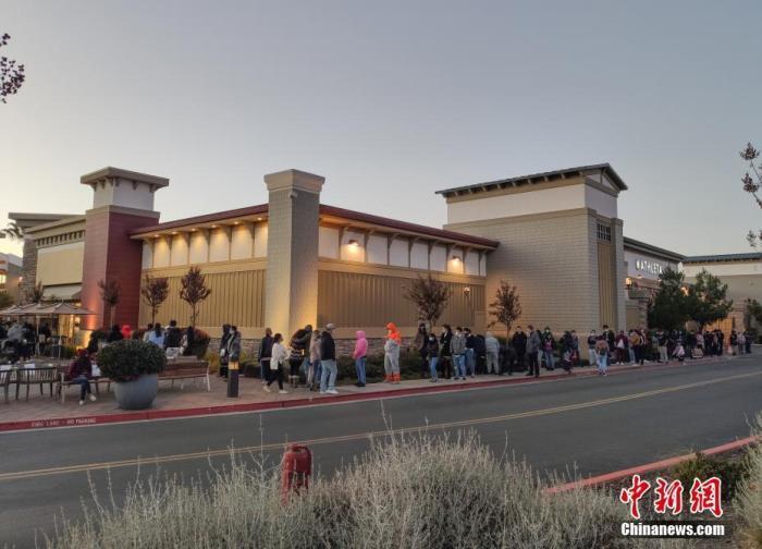 """当地时间11月27日,顾客在美国旧金山奥特莱斯购物中心排队选购""""黑五""""促销商品。 a target='_blank' href='http://www.chinanews.com/'中新社/a记者 刘关关 摄"""