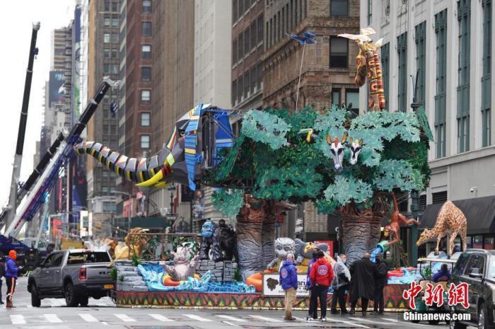 当地时间11月26日,美国传统节日感恩节,梅西感恩节游行在纽约举行。因新冠疫情影响,本年度的游行采取电视直播形式向观众展示,现场不对公众开放。 a target='_blank' href='http://www.chinanews.com/'中新社/a记者 廖攀 摄