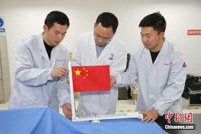 中国航天科工国旗展示系统设计团队开展技术研讨。图源:中国航天科工集团