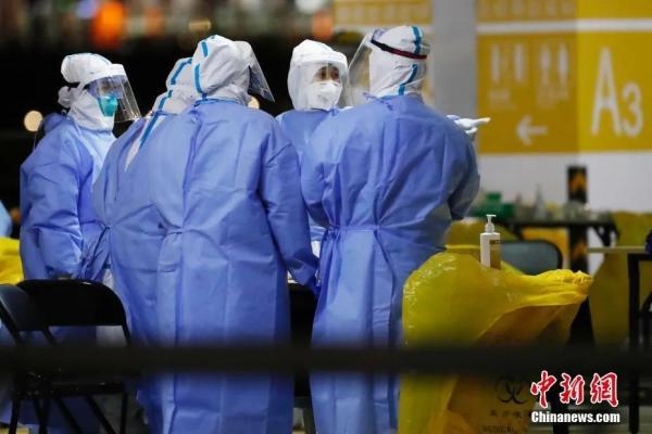 资料图:上海浦东国际机场组织集体核酸检测,采样人员正在进行现场布置。中新社记者殷立勤摄