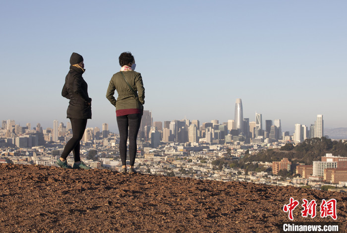 资料图为当地时间11月24日,旧金山居民在一处公园里休闲。 中新社记者 刘关关 摄