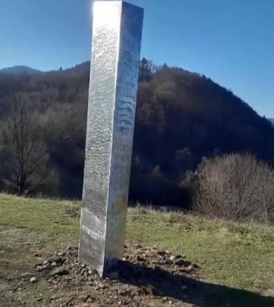 出现在罗马尼亚的神秘金属块。图片来源:美国哥伦比亚广播公司(CBS)报道视频截图。