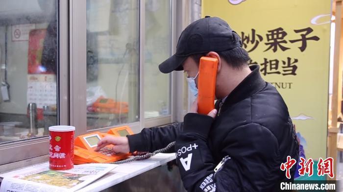 78岁上海老奶奶为亡夫坚守电话亭27年
