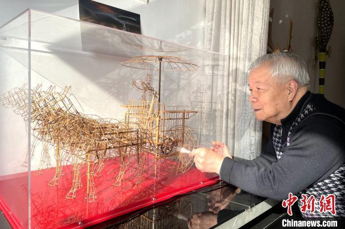 """西安八旬老人用900多根竹条让""""兵马俑战车""""动起来"""