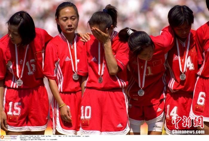 1999年世界杯决赛结束后,获得亚军的中国女足姑娘们留下了不甘的泪水。