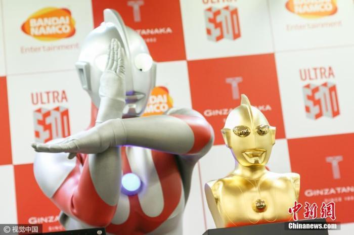 """当地时间2017年1月25日,日本东京,银座一家珠宝店打造一尊30厘米高、重11公斤的""""奥特曼""""纯金半身像,纪念""""奥特曼""""创作50年。图片来源:视觉中国"""