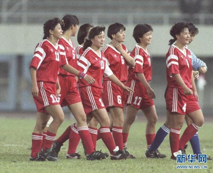 1991年世界杯揭幕战结束后,胜利的中国女足走出赛场。新华社记者官天一摄