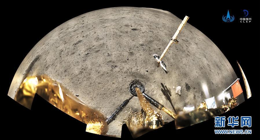 12月4日,国家航天局公布了探月工程嫦娥五号探测器在月球表面国旗展示的照片。嫦娥五号着陆器和上升器组合体全景相机环拍成像,五星红旗在月面成功展开,此外图像上方可见已��完成表取采样的机械臂及采样器。新华社发(国家航天局供图)