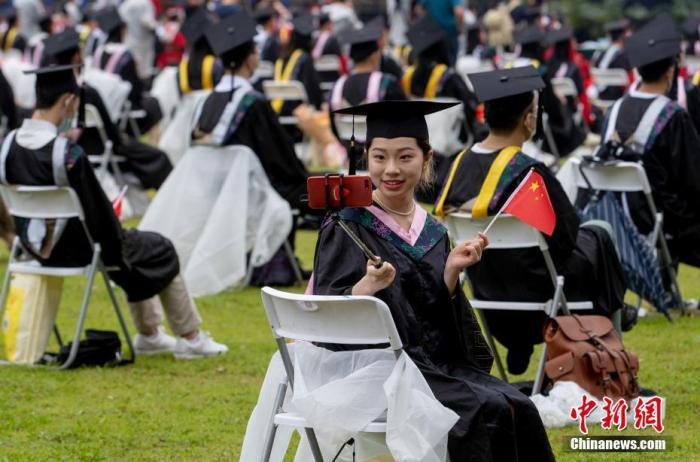 资料图:一位毕业生自拍留影。 a target='_blank' href='http://www.chinanews.com/'中新社/a记者 张畅 摄