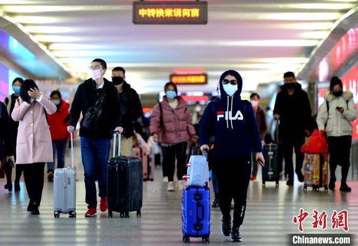 资料图:民众戴口罩出行。 王东明 摄