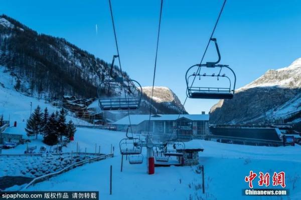 ��地�r�g12月10日,受疫情影�,法��最受�g迎的滑雪�俚刂�一Val D'Isere��r�P�]。�@里降雪量充足,�Y合特色小�形成�^佳滑雪度假村。�D片�碓矗�Sipaphoto 版�嘧髌� �勿�D�d