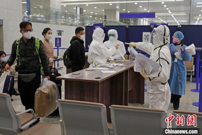 资料图:浦东机场海关人员对入境旅客信息信息核查。 殷立勤 摄