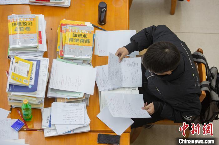 资料图:12月16日,在南昌大学图书馆自习室内,考生正在紧张复习。 刘力鑫 摄