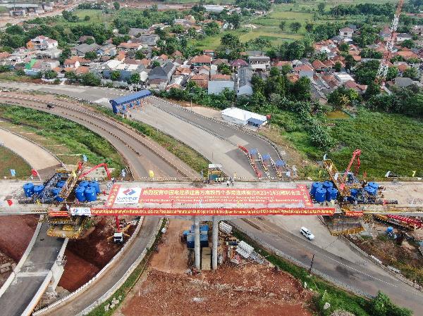 """这是2020年5月10日拍摄的印度尼西亚雅万高铁首个多跨连续梁合龙现场。雅万高铁项目是中国高铁全系统、全要素、全生产链走出国门的""""第一单"""",也是""""一带一路""""倡议的标志性工程和印尼国家战略项目。新华社记者 杜宇 摄"""