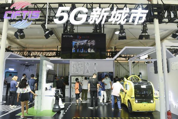 9月7日,观众在2020年中国国际服务贸易交易会5G通信服务专题展区参观。2020年中国国际服务贸易交易会9月4日至9日在北京举行。新华社记者 鲁鹏 摄