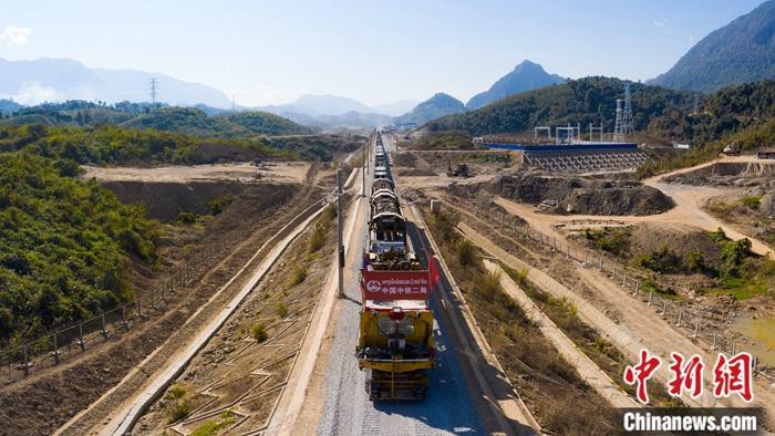 中老铁路万象至琅勃拉邦段完成铺轨