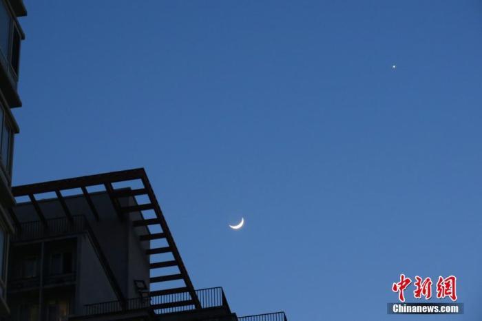 """资料图:北京,天气晴好,太阳落山之后,天宇""""金星合月""""天文景观清晰可见。<a target='_blank' href='http://www.synthninja.com/'>中新社</a>记者 孙自法 摄"""