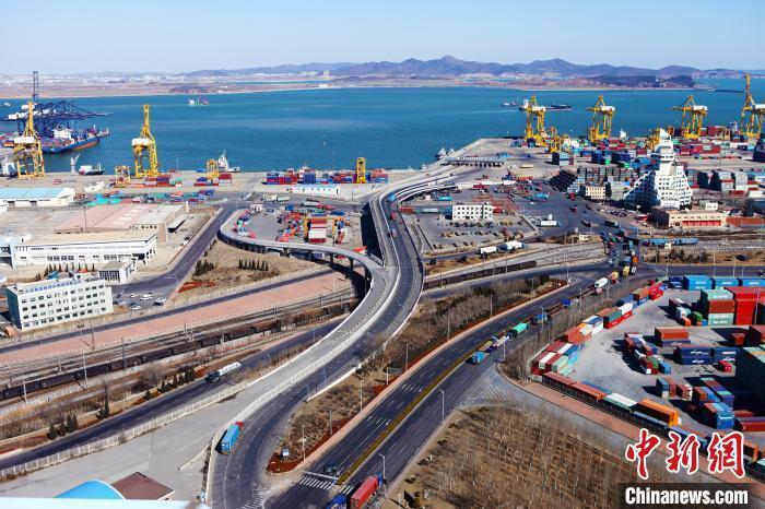 资料图:大连港大窑湾汽车码头。 姜迎昕 摄