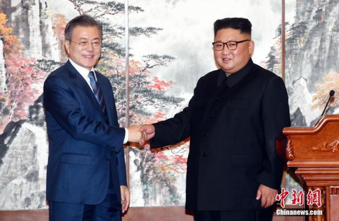 2018年9月19日,在朝鲜平壤,朝鲜国务委员会委员长金正恩(右)与韩国总统文在寅在举行共同记者会后握手。<a target='_blank' href='http://www.synthninja.com/'>中新社</a>发 平壤联合采访团供图