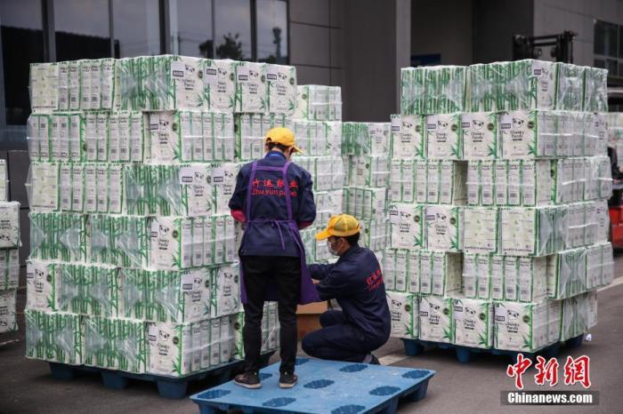 资料图:2020年4月,贵州竹运纸业有限公司的工人在整理即将出口的卫生纸。<a target='_blank' href='http://www.synthninja.com/'>中新社</a>记者 瞿宏伦 摄