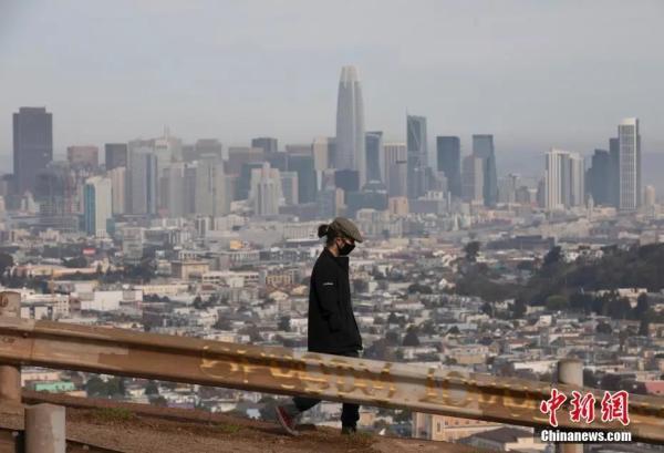 资料图:美国加州旧金山市民在一处公园休闲。
